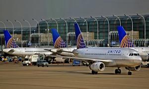 United Airlines mất hàng trăm triệu USD sau vụ lôi khách khỏi máy bay