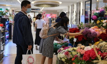 Giá hoa 8/3 tăng vọt vẫn hút khách