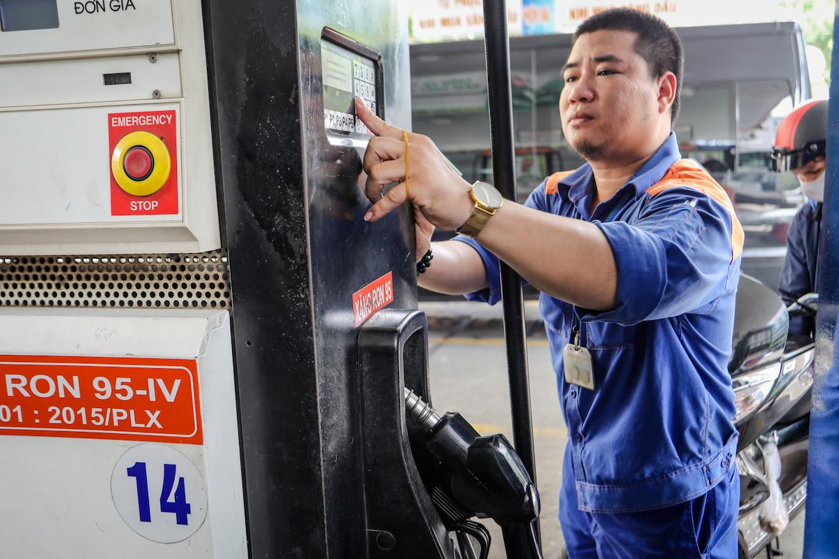 Giá xăng hôm nay: Xăng dầu đồng loạt giảm