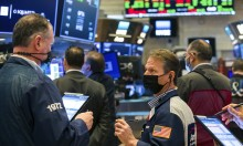 Nhà đầu tư thế giới tiếp tục mua vàng, bán chứng khoán
