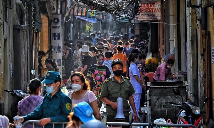 Nhiều chợ Hà Nội hết hàng sớm ngày đầu giãn cách